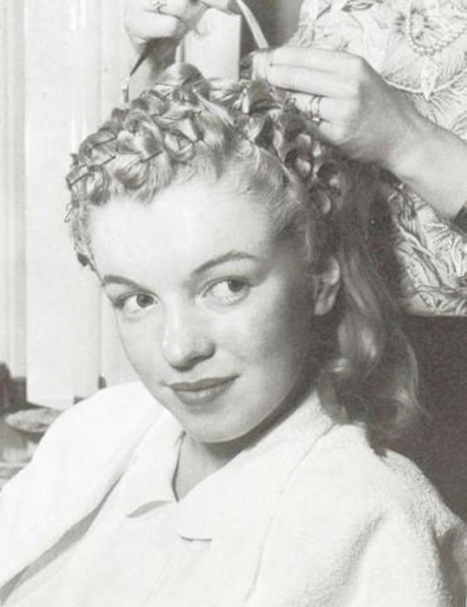 Acconciatura anni 40 capelli ricci