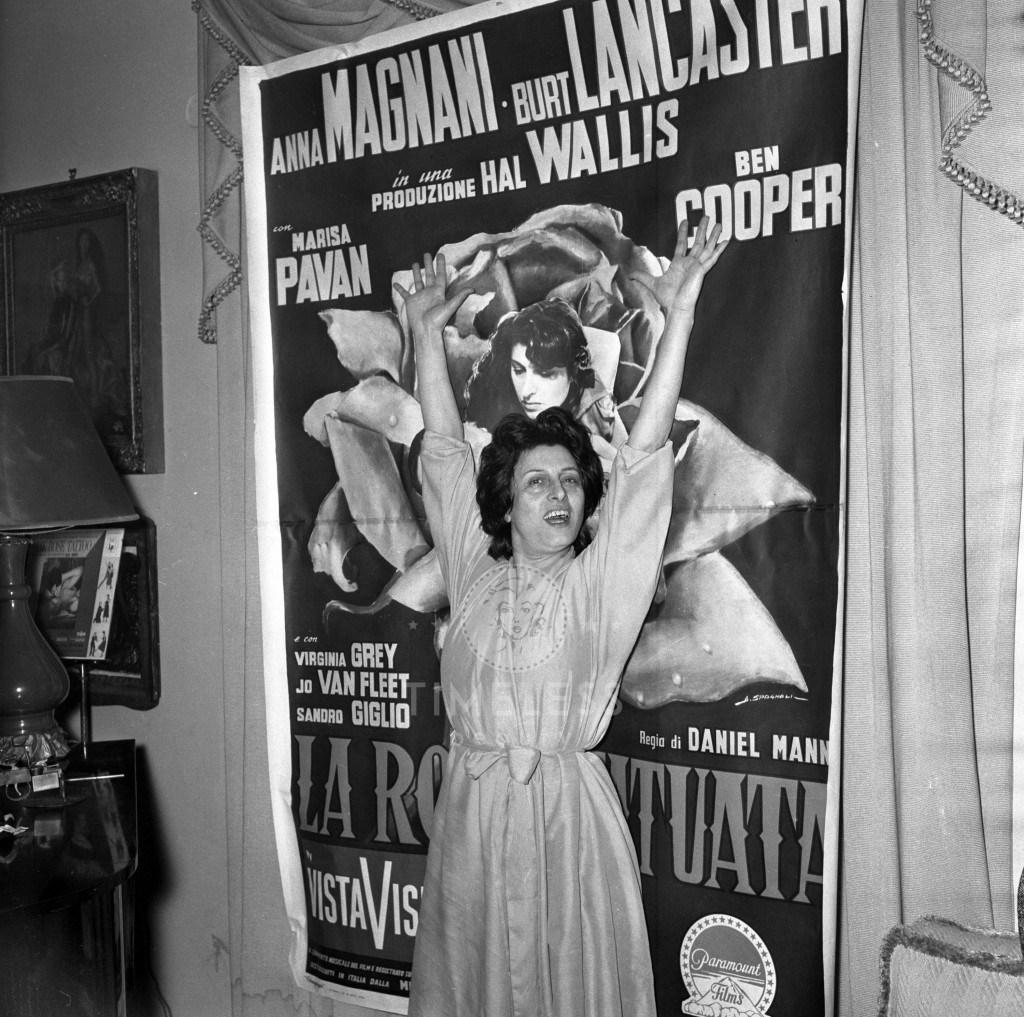 """L'attrice Anna Magnani, legge il telegramma che annuncia la vittoria dell'Oscar come migliore attrice per il film """" La rosa tatuata"""", film diretto da Daniel Mann con Burt Lancaster. Il soggetto è stato tratto dall'omonimo romanzo di Tenesse Williams. (kld)"""