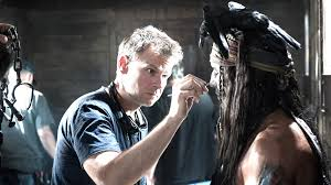Joel Harlow mentre applica delle protesi sull'attore Johnny Deep